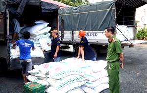 An Giang: Bắt trong đêm 4 xe tải vận chuyển 39 tấn đường cát nhập lậu