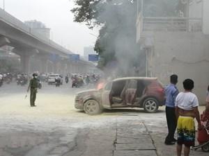Ôtô bốc cháy dữ dội sau khi đổ xăng tại cây xăng Thanh Xuân