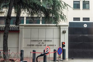 Mỹ hạ cờ ở lãnh sự quán tại Thành Đô của Trung Quốc