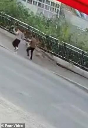 Hãi hùng cảnh hố tử thần bất ngờ 'nuốt chửng' người đi bộ Trung Quốc