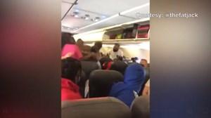 Ẩu đả trên máy bay vì không đeo khẩu trang