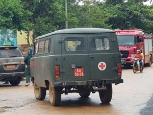 Xe cứu thương đưa thi thể nạn nhân vụ sạt lở đất tại Quảng Trị ra ngoài