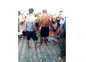 Bốn thanh niên bị sóng cuốn ra xa, 3 người chết đuối
