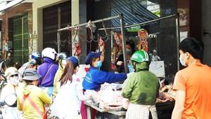Lo siêu thị đóng cửa, dân Đà Nẵng chen lấn mua hàng hóa thực phẩm tại các chợ