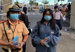 Cảnh sát giao thông phát khẩu trang miễn phí cho thí sinh đi thi