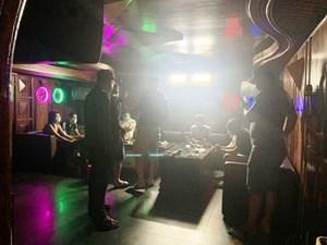 24 nam nữ thanh niên hát hò nhảy múa giữa đại dịch Covid-19