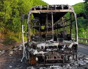 Xe khách giường nằm bất ngờ bốc cháy khi đang chạy trên đường