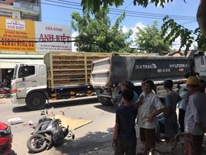 Xe máy và xe ben va chạm giữa trưa, 2 người thương vong