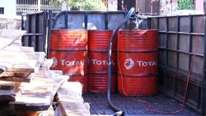 Bắt quả tang đối tượng làm giả dầu diesel