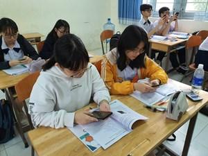 Học sinh dùng điện thoại trong lớp: Quản thế nào?