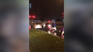 [VIDEO]Tài xế nghi say xỉn lùi xe đâm người rồi bỏ chạy