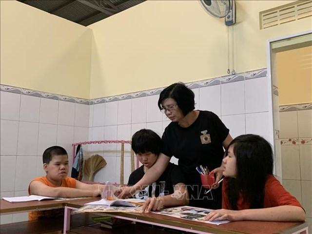 Bà Hồng dạy chữ cho những đứa trẻ đặc biệt.