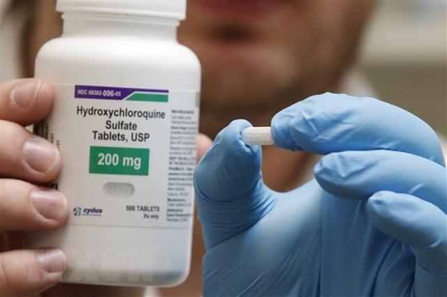 Nhân viên giới thiệu thuốc hydroxychloroquine tại một quầy dược ở Provo, bang Utah, Mỹ ngày 20/5/2020. (Nguồn: AFP/TTXVN).