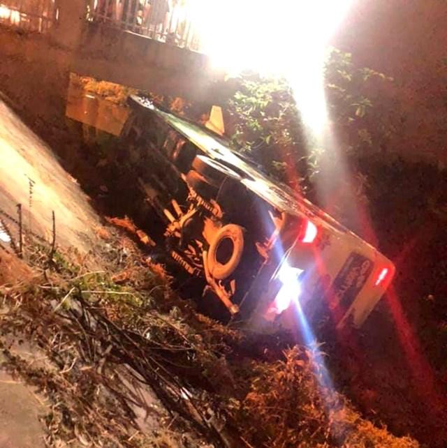 Chiếc xe khách chở học sinh mất lái rồi lật nghiêng ven đường.