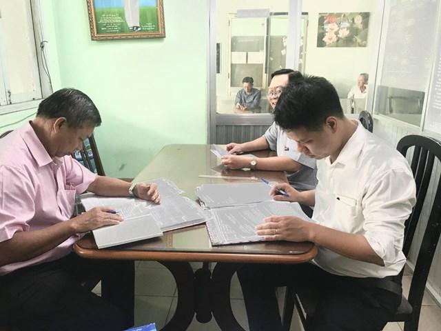 Các thành viên trong đoàn giám sát hoạt động tiếp công dân tại Sở Tài nguyên và Môi trường.