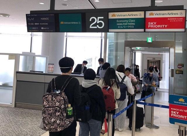 Các hành khách làm thủ tục tại sân bay Narita (Tokyo), Nhật Bản. (Ảnh minh họa).