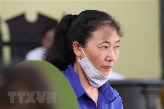 Bị cáo Nguyễn Thị Hồng Nga (nguyên chuyên viên Phòng Khảo thí và Quản lý chất lượng, Sở Giáo dục và đào tạo tỉnh Sơn La) tại phiên tòa ngày 24/5. Ảnh: TTXVN.