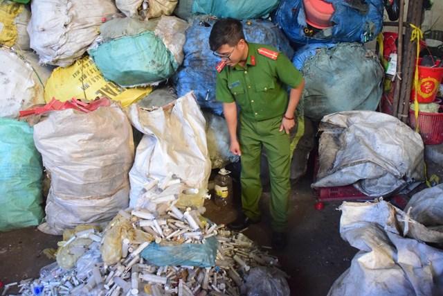Đống bơm kim tiêm đã qua sử dụng xuất hiện ở cơ sở thu mua phế liệu ông Triều.