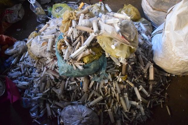 Đống rác thải y tế nguy hại được ông Triều thu mua để mang đi tiêu thụ.