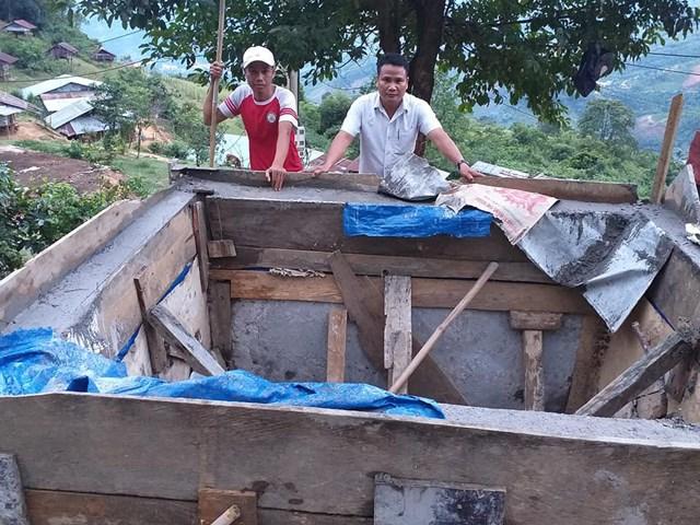 Anh Trần Phước Hùng (bên trái) đi khảo sát để xây dựng bể nước và đường ống dẫn tại làng Tu Gia, xã Trà Tập, huyện Nam Trà My, tỉnh Quảng Na. Ảnh: NLĐ.