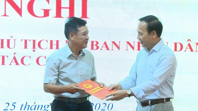 Ông Đặng Huy Hậu trao quyết định điều động, bổ nhiệm đồng chí Phạm Văn Bảy giữ chức Phó Giám đốc Ban Quản lý dự án đầu tư xây dựng các công trình dân dụng và công nghiệp. Ảnh: baoquangninh.vn.