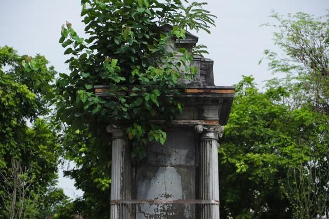 Ảnh: Đài phun nước cổ nhất Hà Nội đeo đai chống sập  - Ảnh 1