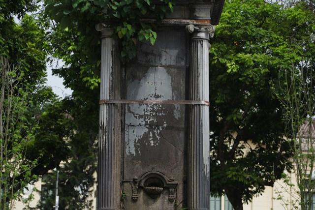 Xung quanh đài phun nước còn có 4 con cóc bằng đồng được tạo hình sinh động, phun nước lên trụ đá tạo ra sự mềm mại và mát mẻ cho không gian công cộng vào mùa hè.