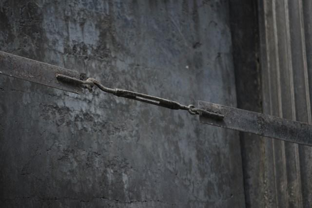 Ảnh: Đài phun nước cổ nhất Hà Nội đeo đai chống sập  - Ảnh 4