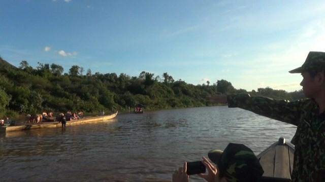 Các con thuyền chở heo lậu chạy dọc trên sông Sê Pôn (phía Lào) chờ thời cơ thuận lợi để đưa về Việt Nam tiêu thụ. Ảnh: Nguyễn Quốc.