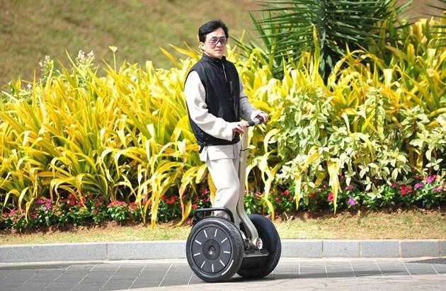 Diễn viên hài Trung Quốc Jackie Chan cũng từng sử dụng xe Segway.