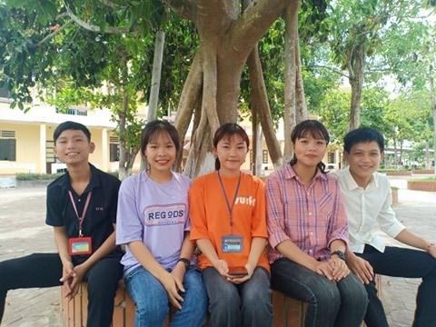 Nhóm học sinh đã nhận được rất nhiều lời khen ngợi về hành động nhặt đinh rơi trên đường.