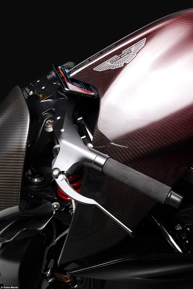 Siêu mô-tô đầu tiên của Aston Martin xuất hiện trên đường thử  - Ảnh 8