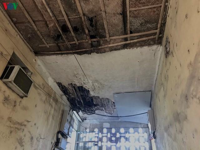 10 năm trở lại đây, tòa nhà A, B, C của khu tập thể đã xuống cấp, hư hỏng, dột nát. Các vết nứt xuất hiện chi chít dọc các khoảng tường giữa chung cư, mái ngói xập xệ, trần làm bằng thanh tre đã mục ruỗng. Người dân tầng 3 cho biết, dù đi trong nhà nhưng ánh nắng vẫn chói chang, trời mưa phải đội nón, mặc áo mưa.