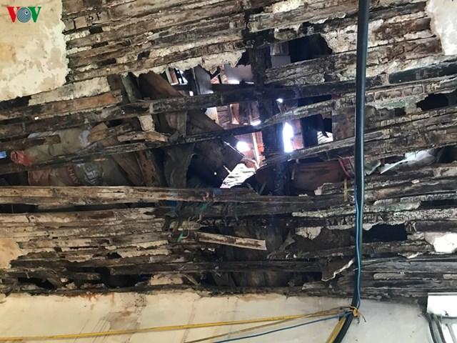 Tại tầng 3 của khu nhà A, ánh sáng mặt trời xuyên thấu qua 2 lớp mái lợp gạch ngói và lớp cót ép vôi rơm thủng cả mảng lớn.
