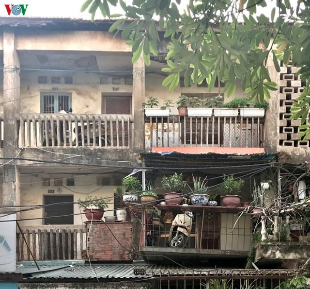 Nhiều căn hộ người dân phải cơi nới thêm, phần cơi nới bị nghiêng, gây nhiều rủi ro cho các hộ nhà phía dưới.