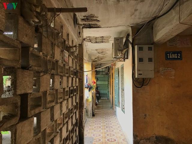 Người dân cho biết, năm 2017, thành phố Hà Nội có chủ trường ra soát quy hoạch, công ty Xuân Mai vào xin đầu tư xây dựng mới. Lãnh đạo phường, quận làm thủ tục hành chính chu đáo, họp với dân 2 lần đưa ra những dự thảo xây dựng và cơ chế đền bù. Tuy nhiên, trong quá trình thực hiện, có rất nhiều vướng mắc.