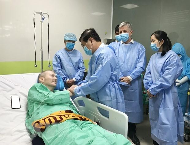Chủ tịch UBND Thành phố Hồ Chí Minh Nguyễn Thành Phong nói chuyện, bắt tay với bệnh nhân Covid-19 số 91. (Nguồn: TTXVN).