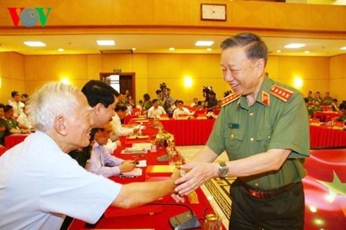 Đại tướng Tô Lâm thăm hỏi các vị nguyên lãnh đạo Đảng, Nhà nước. Ảnh: VOV.
