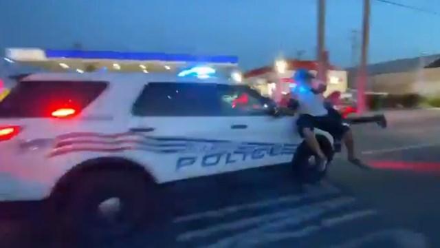 Xe cảnh sát Detroit lao qua đám đông biểu tình. (Ảnh: RT).