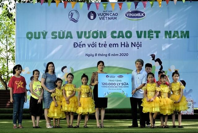 Quỹ sữa Vươn cao Việt Nam vàVinamilktrao tặng 1.200 ly sữa cho trẻ em Hà Nội - Ảnh 1
