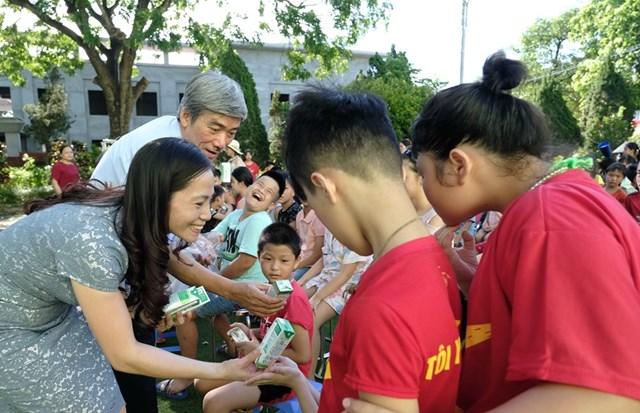 Quỹ sữa Vươn cao Việt Nam vàVinamilktrao tặng 1.200 ly sữa cho trẻ em Hà Nội - Ảnh 2