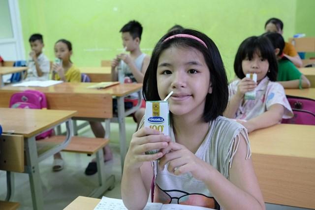 Quỹ sữa Vươn cao Việt Nam vàVinamilktrao tặng 1.200 ly sữa cho trẻ em Hà Nội - Ảnh 5