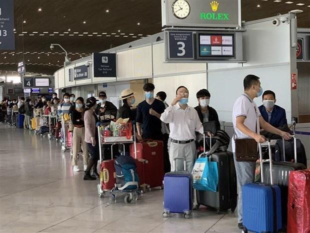 Công dân Việt Nam từ Pháp và các nước lân cận ở khu vực châu Âu làm thủ tục lên máy bay để về nước. (Ảnh: TTXVN).