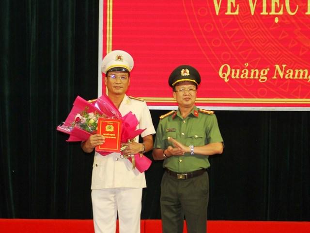 Đại tá Nguyễn Văn Phương trao Quyết định bổ nhiệm Thượng tá Hồ Song Ân.