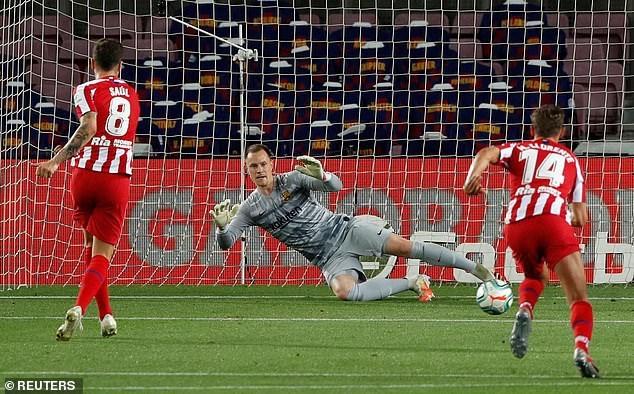 Sau khi xem lại VAR, trọng tài cho Atletico được thực hiện lại và Saul Niguez đã gỡ hòa 2-2.