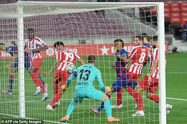 Barcelona sớm dẫn trước sau khi Diego Costa đánh đầu phản lưới nhà ở phút 11.