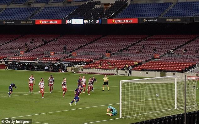 Messi thực hiện thành công phạt đền, nâng tỷ số lên 2-1 cho Barcelona ở phút 20.