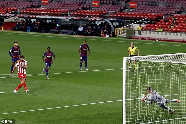 Diego Costa thực hiện hỏng phạt đền ở phút 15.