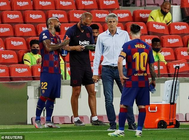 Messi phản ứng ra mặt với những quyết định của HLV Quique Setien.