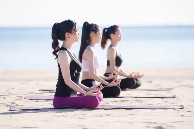 Tập yoga trên bãi biển FLC Quy Nhơn.